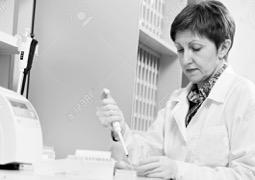 16220536-scientifique-avec-compte-gouttes-au-laboratoire-Banque-d'images 2